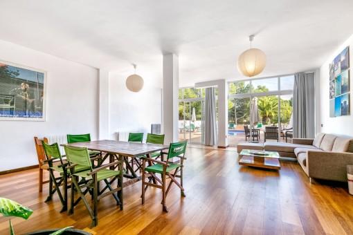 La sala de estar tiene ventanas amplias y acceso al exterior