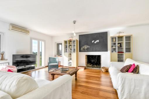 Sala de estar confortable con chimenea
