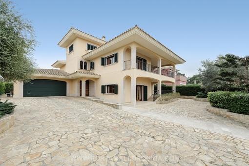 Villa de alta calidad en estilo clásico y moderno con vistas parciales al mar en Cala Blava