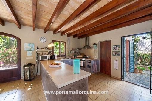 Cocina abierta con accesso a la terraza