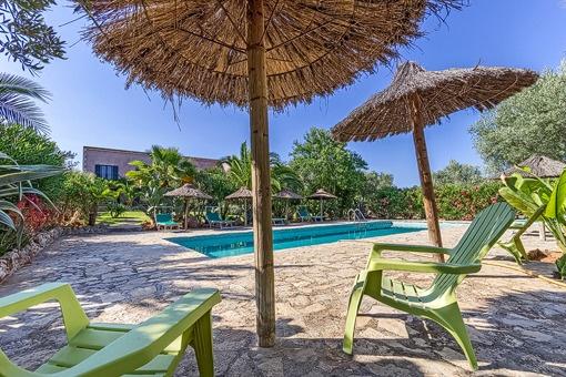 Terraza y piscina en un estilo mallorquin