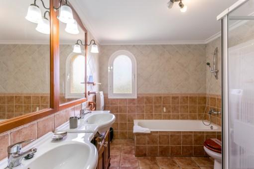 Encantador baño principal con lavabo doble y ducha