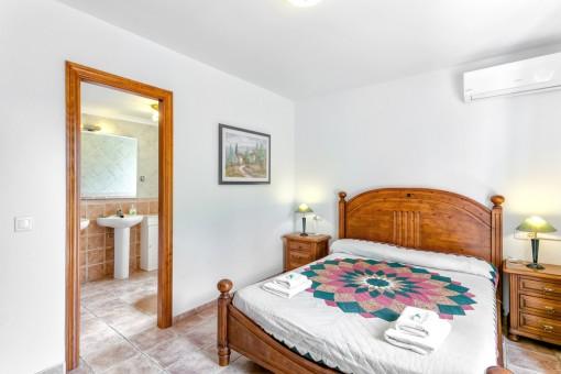 Amplio dormitorio principal con baño en suite