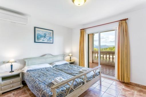 Uno de los cuatros dormitorios con cama matrimonial