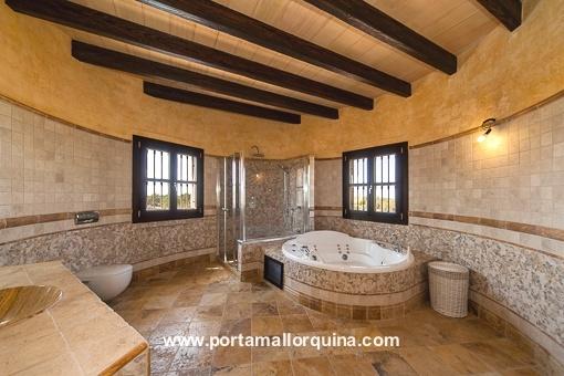 Amplio baño con una banéra traditional