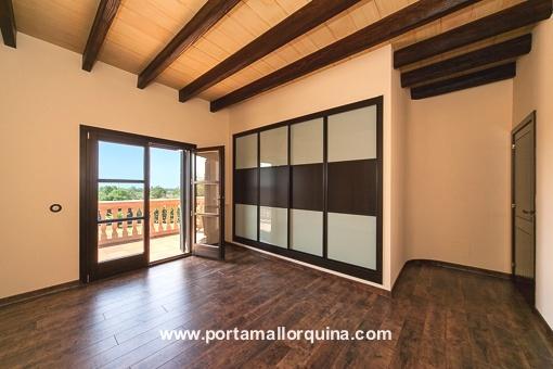 Dormitorio con acceso al balcón y con un armario empotrado
