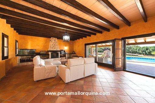 Amplio salón con acceso a la terraza y a la piscina