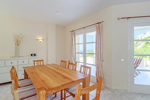 chalet con vistas al mar en peque o complejo residencial con piscina comunitaria. Black Bedroom Furniture Sets. Home Design Ideas