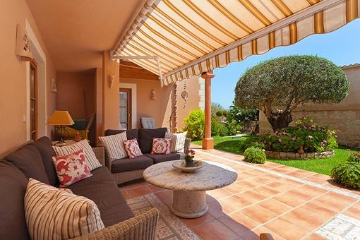 Terraza cubierta con acceso en el jardín