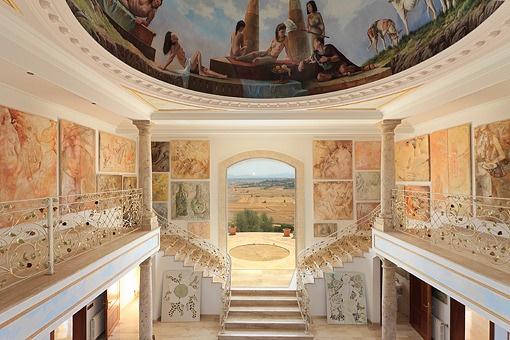 Bajo de la cúpula impresiona un fresco