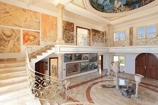 Escalera de forma U lleva a la galería
