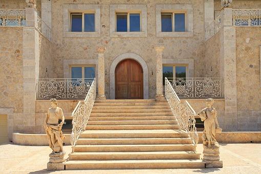Impresionante escalera da acceso a la propiedad