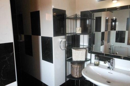 Baño moderno con azulejos mármol