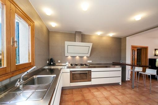 Moderna y espaciosa cocina
