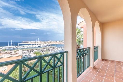 Terraza con vistas impresionantes al puerto