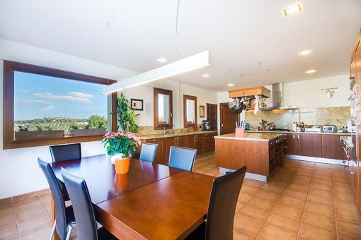 Área de comer y cocina abierta
