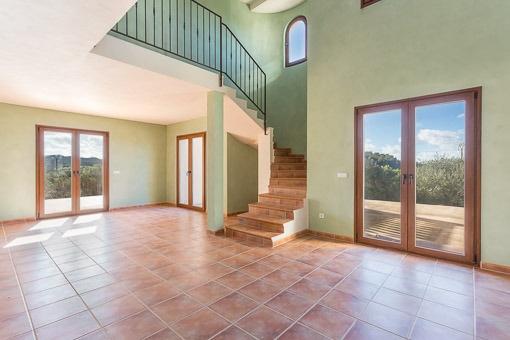 Salón fantastico con escalera y galería