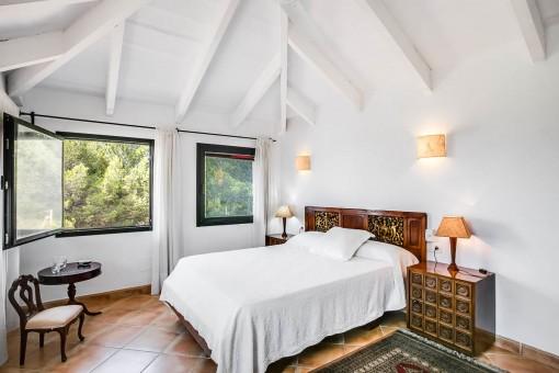 Dormitorio doble con techo alto