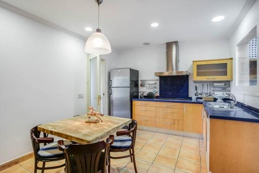 Cocina y comedor en la casa para los invitados