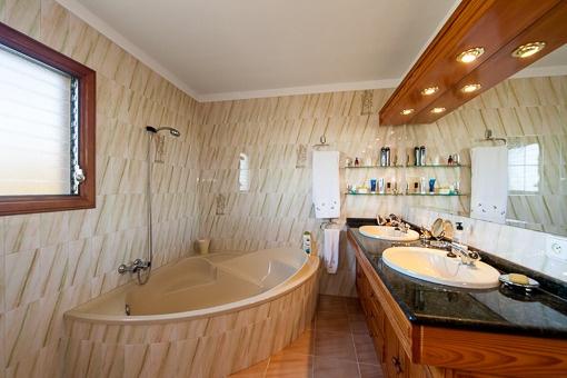 Dormitorio con luz natural y bañera