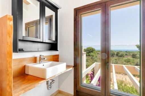 Baño con ventanas panorámicas