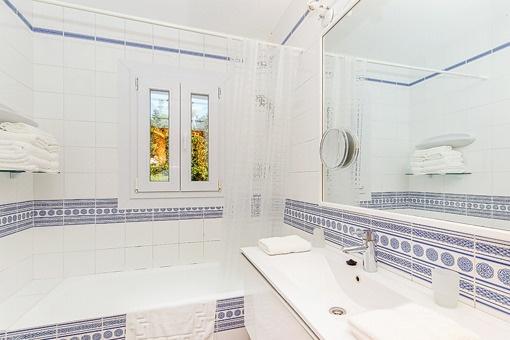 Baño con luz natur y bañera