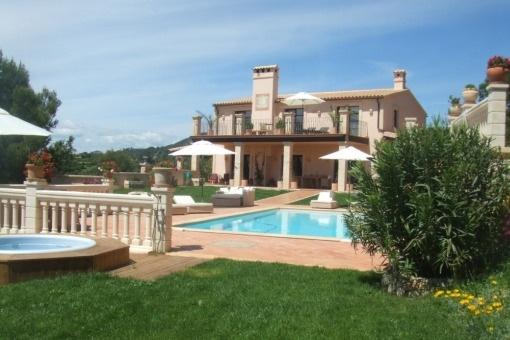Vista exterior de la villa con piscina