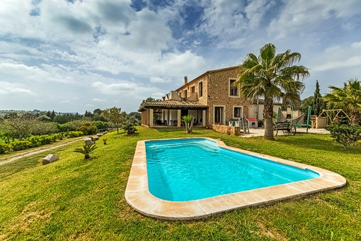 Finca con piscina y cuadras para caballos comprar for Piscina villafranca