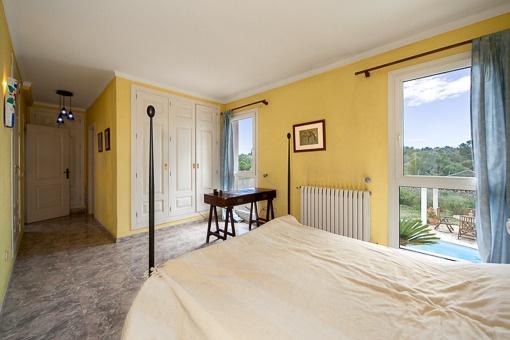 Dormitorio amplio con acceso al balcón