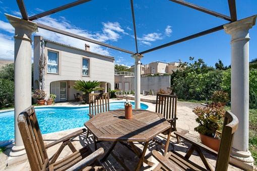Área de estar con vistas a la piscina