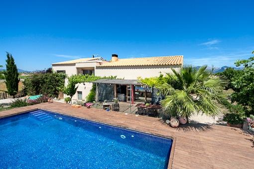 Casa moderna en Santa Maria con espacioso solar y piscina
