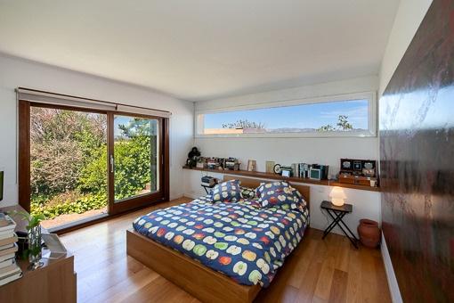 Dormitorio elegante con acceso al jardín