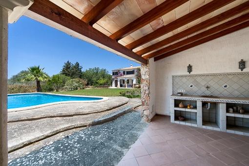 Terraza cubierta al lado de la piscina