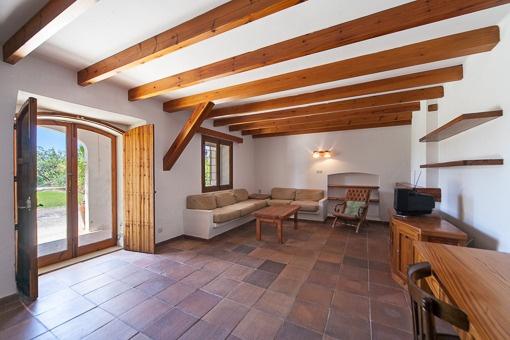 Salón abierto con acceso al jardín