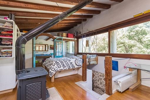 Dormitorio agradable con chimenea