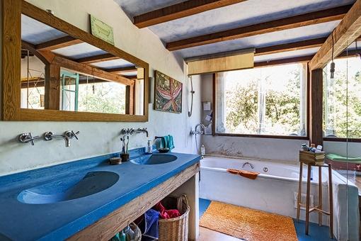 Baño amplio con bañera