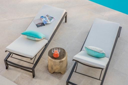 Área de relajarse delante de la piscina