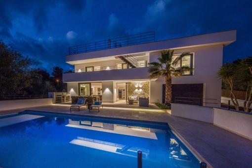 Vistas desde la piscina a la villa