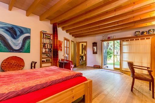 Espacioso dormitorio principal con acceso al jardín