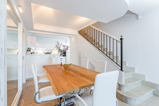 Cocina abierta y comedor con escalera