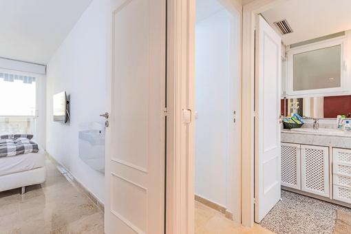 Dormitorio moderno con baño en suite