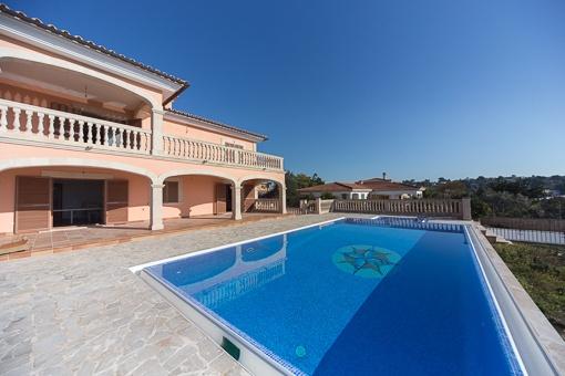La piscina está rodeada por una terraza