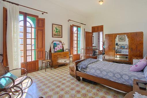 Espacioso dormitorio con ventanales grandes