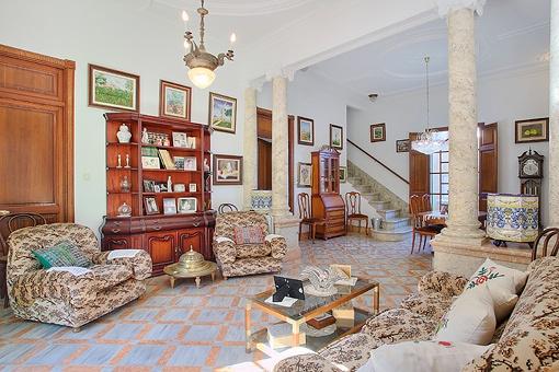 Acogedor salón con columnas