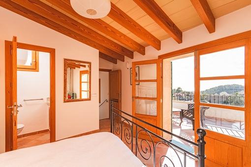 Dormitorio del apartamento con accesso al balcón