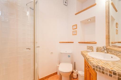 Baño del apartamento con ducha