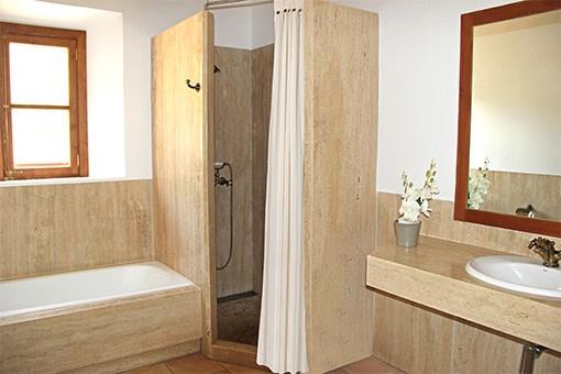 Baño con ducha y ventana