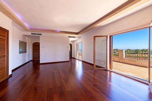 Dormitorio amplio con balcón