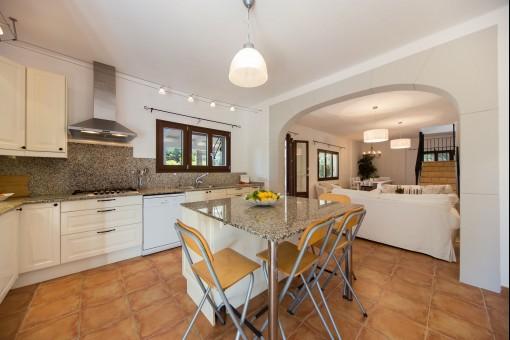 Mesa de marmól integrada en la cocina