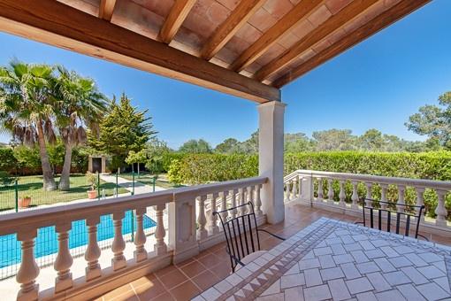 Amplia terraza cubierta con vistas a la piscina